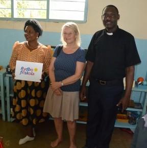 Edina Kilawe, Ingela och Ona Kisaka vid överlämnande av gåva från Rydbo Friskola.